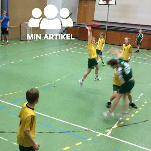En Grankullaspelare försöker kasta bollen mot SIF:s mål, men försvaret täcker.