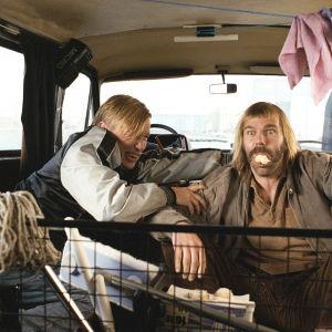 Kai Lehtinen ja Pertti Koivula auton takapenkillä.