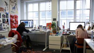 Linda Bondestam och Jenny Lucander i arbetrummet med ryggarna mot kameran