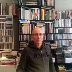 Pekka Eronen bakom disken i sin skivaffär