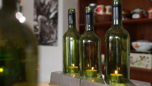 Kuvassa viinipullosta tehty kynttiläkippo.