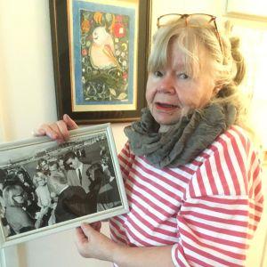 Lenna Larjanko visar en viktig bild