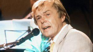 Lasse Mårtenson sjunger i mikrofon