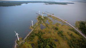 Korsnäs vindkraftspark strax före nedmonteringen. På bilden syns också Bergöfärjan.