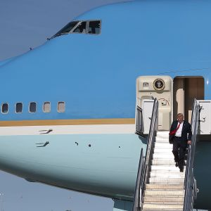 Donald Trump anländer till Florida med Air Force One