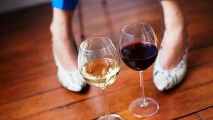 Laksi lasia viiniä laseissa lattialla.