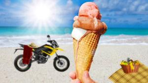 Glass, moped med handduk och picknick på en strand.