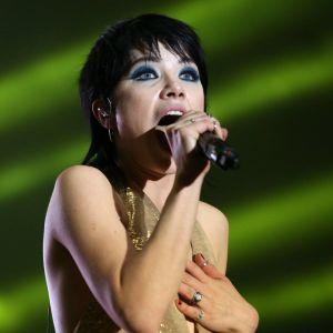 Carly Rae Jepsen sjunger i en mikrofon.