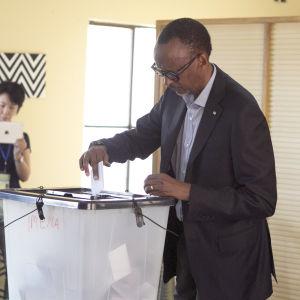 Den sittande presidenten Paul Kagame ger sin röst i Kigali i Rwanda. Presidentvalet hölls den 4 augusti 2017.