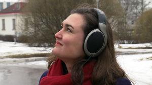 tutkija Meri Kytö kuulokkeet päässä