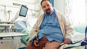 Miika Kokkonen sairaalassa istuu sängyssä