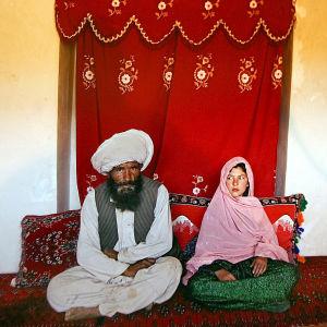 Ett fotografi på en 40-årig afghansk man och hans 11-åriga brud vann UNICEF:s Photo of the Year-tävling 2007.