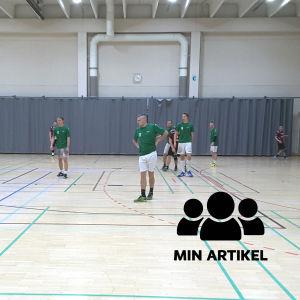 De grönklädda EIF-spelarna står och väntar på Cocks anfall.
