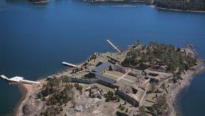 Flygfoto av Svartholms sjöfästning i Lovisa