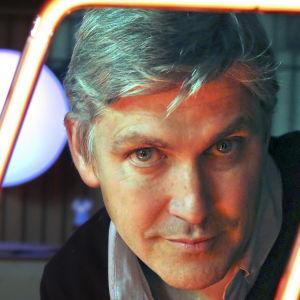 Steven Johnson neonvalotehtaassa