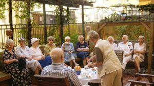 Glada pensionärer på resa