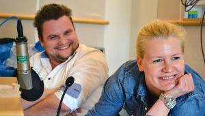 Marco Luponero och Iida Kuningas diskuterar trovärdigheten i Jarno Kuosas hörspel Vid gränsen