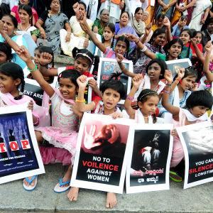 Barn protesterar mot sexövergrepp på barn i Bangalore, Indien den 14 november 2014.