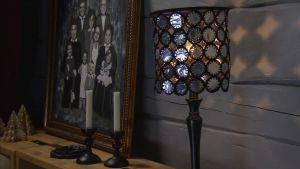 Tuikkukynttilöiden alumiinikuorista virkattu lampunvarjostin
