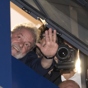 Lula vinkar till sina supportrar från metallförbundets högkvarter där han höll till då tidsfristen för att överlämna sig till polisen löpte ut.