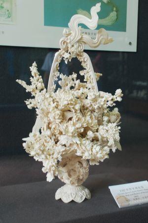 Den här blombuketten skapades av elfenben år 2001. Elfenbenssnideri har urgamla anor i Kina, och konstformen värderas högt.