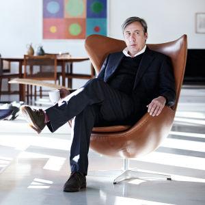 Andrew Graham-Dixon tanskalaisen designin ympäröimänä