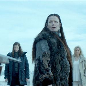 Margot hotas med ett gevär i serien Monster.