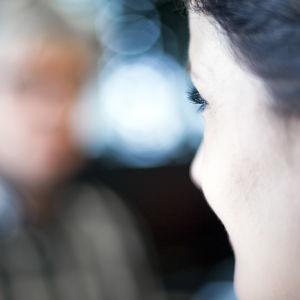 Nainen ja mies istuvat vastakkain