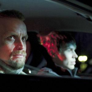 Äskettäin isäksi tullut nuori taksikuski Samu jatkaa ajovuoroaan, jotta hän välttyisi joulunvietolta vaimonsa ja poikansa kanssa.