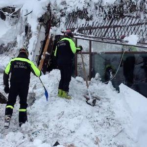 Italienska räddningsarbetare har funnit sex överlevande under snömassorna som begravde hotell hotell Rigopiano i Alperna i onsdags