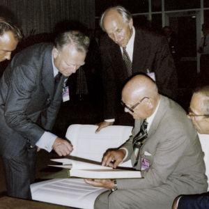 Kesällä 1975 Helsingissä allekirjoitettiin historiallinen 35 maan Etykin päätösasiakirja, Helsingin sopimus.