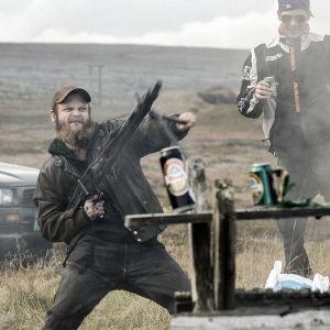 Skule Van Gebert skjuter med automatvapen i serien Monster.