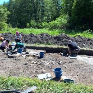 Arkeologiska utgrävningar utanför Raseborgs slott.