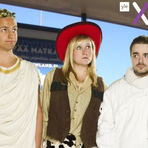 Janne Grönroos i toga, Isa Mårtenson i cowboydräkt och Ted Forsström i en rymddräkt.