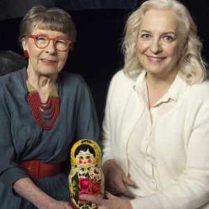 Toimittaja Maarit Tastula ja emeritaprofessori Sirkka-Liisa Kivelä keskustelevat vanhustenhoidon tilasta Suomessa.