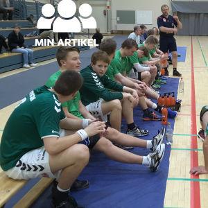 EIF-spelarna sitter på avbytarbänken i matchpausen.