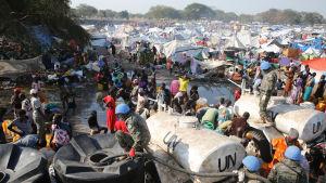Vattenutdelning vid flyktingläger i Bor i Sydsudan.