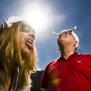 Erilaiset sääilmiöt ja säätilat herättävät meissä tunteita. Juha Föhr (oik.) kertoo säästä, Tom Nylund juontaa.