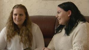 Nadja Kronqvist och Nathalie Lassila sitter och pratar