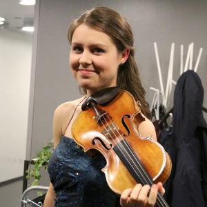 Viulisti Friederike Starkloff ensimmäisenä finaalipäivänä.