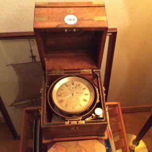 Kronometri juontuu 1700-luvulle. Tämä esine on vuodelta 1840, valmistanut Drielsma, Liverpool, hankittu Turusta.