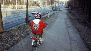 Pojke som cyklar