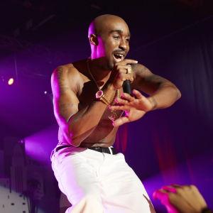 Tupac Shakur (Demetrius Shipp Jr.) sjunger på scenen.