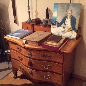 Kapteenin merellistä rekvisiittaa. Maalauksessa itse James Cook, Matti Airion kopiointiharjoitelmana taidekirjasta .