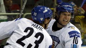 Riku Hahl och Sean Bergenheim firar ett mål vid VM 2006.