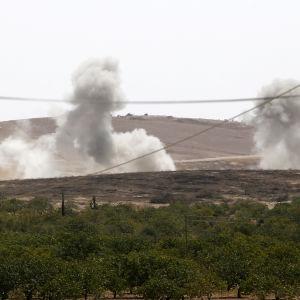 Turkiska flygplan har angripit både jihadister och proamerikanska kurdiska milisgrupper i och omkrin Jarablus i norra Syrien.