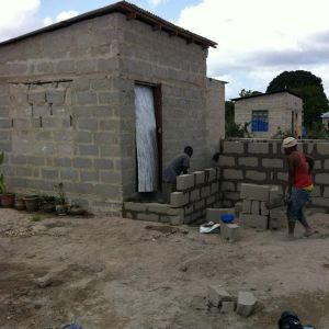 Tanzania är fullt av halvfärdiga hus.