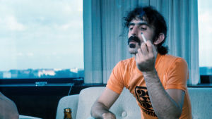 Muusikko Frank Zappa tupakoi haastattelutilanteessa Helsingissä 1973