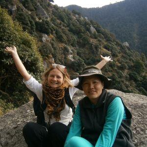 Jag och min tibetanska vän Dolma tar en paus under vår vandring i bergen i Dharamsala.