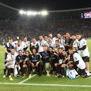 Real Madrid firar seger på gräset i Skopje.